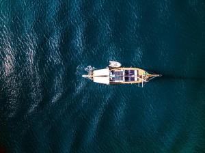 Crociera caicco Eolie: Vista dall'alto del caicco altinlar
